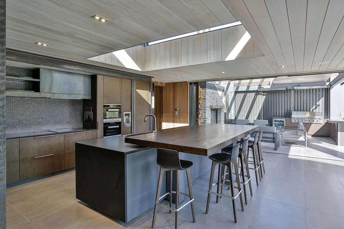 Pivoting cantilevered benchtop