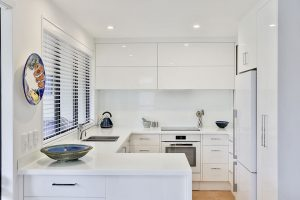 white kitchen handleless