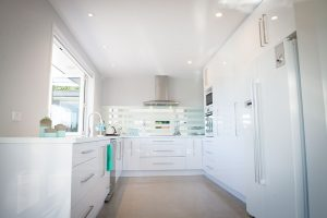 white minimalist kitchen stripe splashback